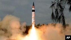 인도의 신형 장거리 미사일 '아그니 5호'의 시험발사 장면.