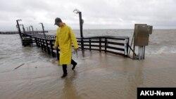 El alcalde de Puerto Lavaca, Jack Whitlow, examina los daños causados por la tormenta Bill a su paso por esa localidad de Texas.