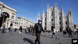 一名戴着口罩的男子在米兰大教堂前走过。(2020年2月24日)