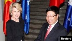 Ngoại trưởng Úc Julie Bishop bắt tay Bộ trưởng Ngoại giao Việt Nam Phạm Bình Minh tại Hà Nội, 18/2/2014.