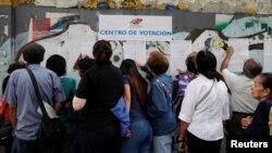 En esta foto de archvio del 10 de diciembre de 2017 se ve a votantes en Caracas, Venezuela, durante una eleccion nacional para alcaldes.