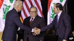 El vicepresidente Biden (i) saluda al primer ministro al Maliki (d) durante una visita a Irak en diciembre del 2011.