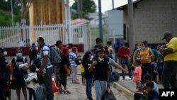 Migrantes centroamericanos llegan a El Ceibo, Guatemala, el 19 de agosto de 2021, luego de ser deportados de Estados Unidos y México.
