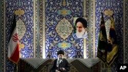 آیت الله خامنه ای، رهبر جمهوری اسلامی، در کنار پرچم منقوش به آرم سپاه پاسدارن و در حال سخنرانی برای اعضای بسیج - آرشیو