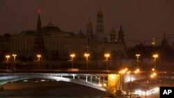 Кремль погрузился в темноту в «Час Земли». Москва, Россия. 23 марта 2013 года