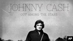"Esta foto provista por Columbia/Legacy muestra el álbum de Johnny Cash ""Out Among the Stars,"" que salió al mercado este martes."