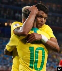 El brasileño Thiago Silva, de cara hacia la cámara, celebra con su compañero Neymar después de anotar el segundo gol de su equipo durante el partido del grupo E entre Serbia y Brasil, en la Copa Mundial de fútbol 2018 en el Estadio Spartak en Moscú, Rusia, el miércoles 27 de junio de 2018.