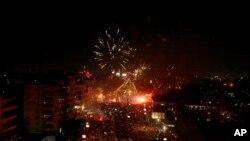 Fuegos artificiales marcan la celebración de los opositores del ahora ex presidente Morsi en El Cairo