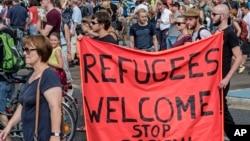 지난 29일 독일 드레스덴에서 시위대가 '난민들을 수용하라. 인종차별 반대'라고 쓰여진 배너를 들고 거리행진을 하고 있다.