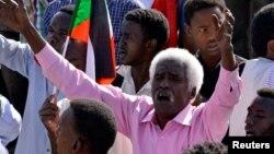 Un manifestant soudanais célèbre la démission du ministre, Awad Ibn Auf, à la tête du conseil militaire, à Khartoum, au Soudan, le 13 avril 2019. REUTERS / Stringer
