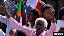 Wani dan aksar Sudan a lokacin yana murnar saukar Ministan tsrao Awad Ibn Auf daga mukaminsa a Khartoun ranar 13 ga watan Afrilu 2019.
