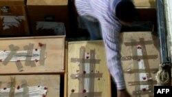 Опечатанные урны с избирательными бюллетенями