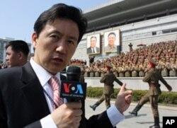 김일성 광장에서 열병식을 취재하는 VOA 백성원 기자.