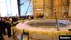Посадовці та журналісти відвідують ядерний реактор в іранському місті Арак, 23 грудня 2019 (West Asia News Agency)