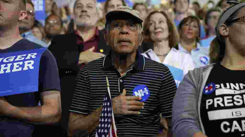 Wafuasi wa Hillary Clinton na Bernie Sanders waimba wimbo wa taifa wakati wa mkutano huko Portsmouth, Julai 12, 2016,