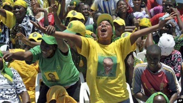 Supporters of Tanzanian ruling party, Chama Cha Mapinduzi welcoming President Jakaya Kikwete before addressing a rally