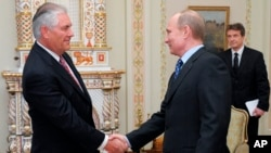 Thủ tướng Nga Putin (phải) bắt tay ông Tillerson, chủ tịch kiêm TGĐ Exxon Mobil ở ngoại ô Moscow (ảnh tư liệu,16/4/2012)