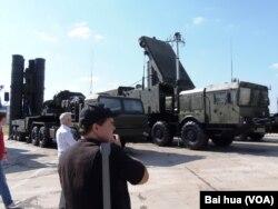 去年夏季莫斯科武器展中的S-400防空导弹和雷达(美国之音白桦拍摄)
