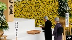 Nhật hoàng và hoàng hậu tại một buổi lễ tưởng niệm tại Tokyo năm 2017.
