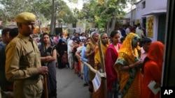 بھارت میں انتخابات کے پہلے مرحلے میں غازی آباد کے ایک پولنگ اسٹیشن کے باہر ووٹر قطار میں اپنی باری کا انتظار کر رہے ہیں۔ 11 اپریل 2019