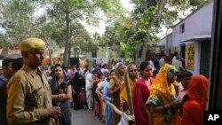 Warga India antri untuk menyalurkan hak pilihnya di sebuah TPS dekat Ghaziabad, India, 11 April 2019.