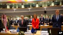 Brüksel'de Suriye'nin geleceği konusunda düzenlenen uluslar arası nitelikli konferansta, Suriye'deki kimyasal silah saldırısında ölenler için saygı duruşunda bulunuldu.