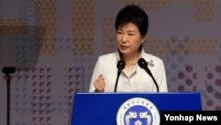 박근혜 한국 대통령이 1일 서울 세종문화회관에서 열린 제97주년 3·1절 기념식에서 북핵 문제에 대해 언급하며 주먹을 쥔 채 강한 어조로 기념사를 하고 있다.