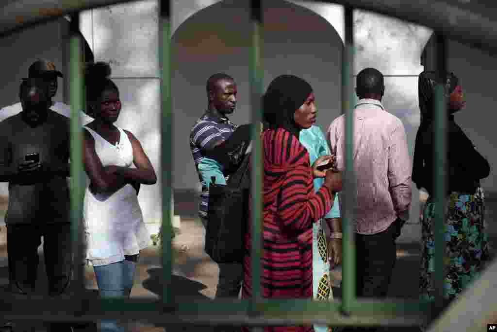 Des électeurs gambiens attendent en file voter pour leur président, à Banjul, 1er décembre 2016.