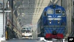 중국 단둥과 북한 신의주를 연결하는 '중조우호교' 중국 쪽 입구에서, 공안 요원들이 중국으로 입경하는 버스와 열차를 지켜보고 있다. (자료사진)