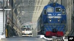 중국 단둥에서 북한을 잇는 다리의 북한 지역서 중국 지역으로 건너오는 열차와 버스. (자료사진)