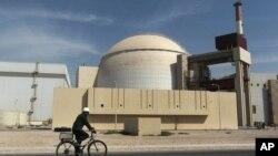 一名工人騎自行車經過伊朗布什爾核反應堆。(資料照)