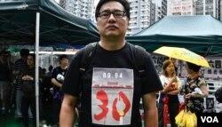 香港市民康先生穿上港加聯特別設計的T恤參與六四遊行。(美國之音湯惠芸攝)