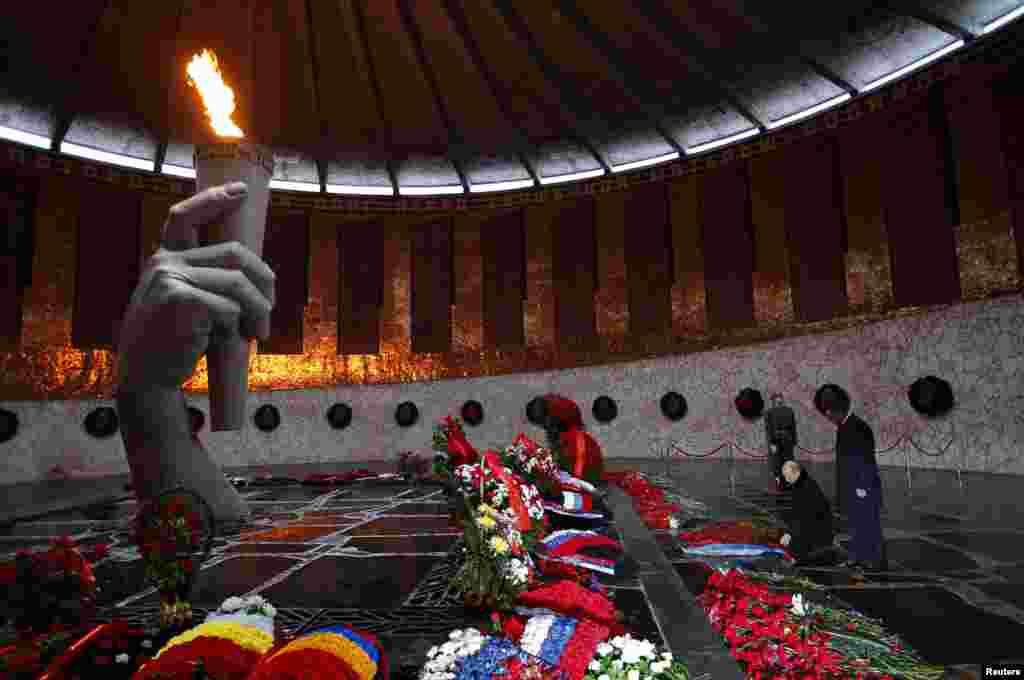 El presidente ruso Vladimir Putin (segundo de la derecha) toma parte en una ceremonia en el monumento a la Segunda Guerra Mundial en la ciudad de Volgogrado.