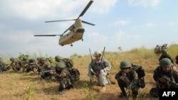 20일 필리핀 마닐라 인근 군사기지에서 미군과 필리핀군이 합동 공중강습훈련을 벌이고 있다.