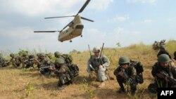지난해 4월 마닐라 인근 훈련 시설에서 필리핀 육군 병사들이 미군 병사(가운데)의 지도에 따라 합동훈련에 참가하고 있다.