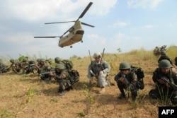 在菲律宾新怡诗夏省,菲律宾士兵与美军士兵参加突击演习