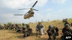 在菲律賓新怡詩夏省,菲律賓士兵與美軍士兵參加突擊演習。