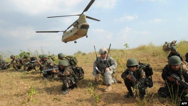 Binh sĩ thủy quân lục chiến Mỹ và Philippines trong cuộc diễn tập thường niên tại thị trấn Nueva Ecija, Philippines, ngày 20/4/2015.