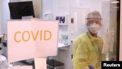 Seorang staf medis merawat seorang pasien virus corona (COVID-19) di unit perawatan intensif di Rumah Sakit CHIREC Delta di Brussel, Belgia, 18 April 2020.