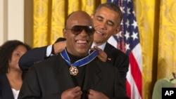 Musisi/penyanyi Stevie Wonder menerima penghargaan Medali Kemerdekaan dari Presiden AS Barack Obama di Gedung Putih, 2014.