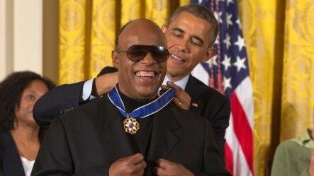 Nhạc sĩ Stevie Wonder được Tổng thống Barack Obama trao Huân chương Tự do tại buổi lễ ở Phòng Đông Tòa Bạch Ốc.