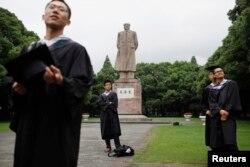 复旦大学毕业生在毕业典礼后在毛泽东像前拍照(2013年6月28日)