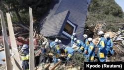 Nhân viên cứu hộ đang tìm kiếm người sống sót sau trận động đất ở thị trấn Atsuma, đảo Hokkaido, Nhật Bản ngày 6/9/2018.