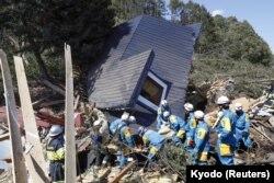 6일 일본 홋카이도 아쓰마에서 긴급구호대가 지진 피해를 수습하고 있다.
