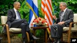 باراک اوباما روز دوشنبه مورد استقبال رسمی رائول کاسترو، رئیس جمهوری کوبا قرار گرفت.