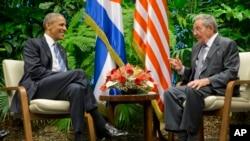 Perezida Barack Obama na Raul Castro