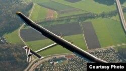 Avion Solarni impuls na letu iznad Švajcarske