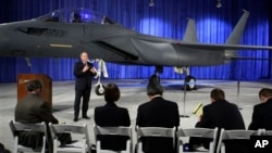 """2009年3月17日,波音公司在美國華盛頓州的聖路易斯為F-15""""無聲鷹""""戰鬥機揭幕。這種戰機是F-15""""打擊鷹""""的升級改進型,容納了隱形技術。"""