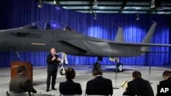 """2009年3月17日,波音公司在美国华盛顿州的圣路易斯为F-15""""无声鹰""""战斗机揭幕。这种战机是F-15""""打击鹰""""的升级改进型,容纳了隐形技术。"""