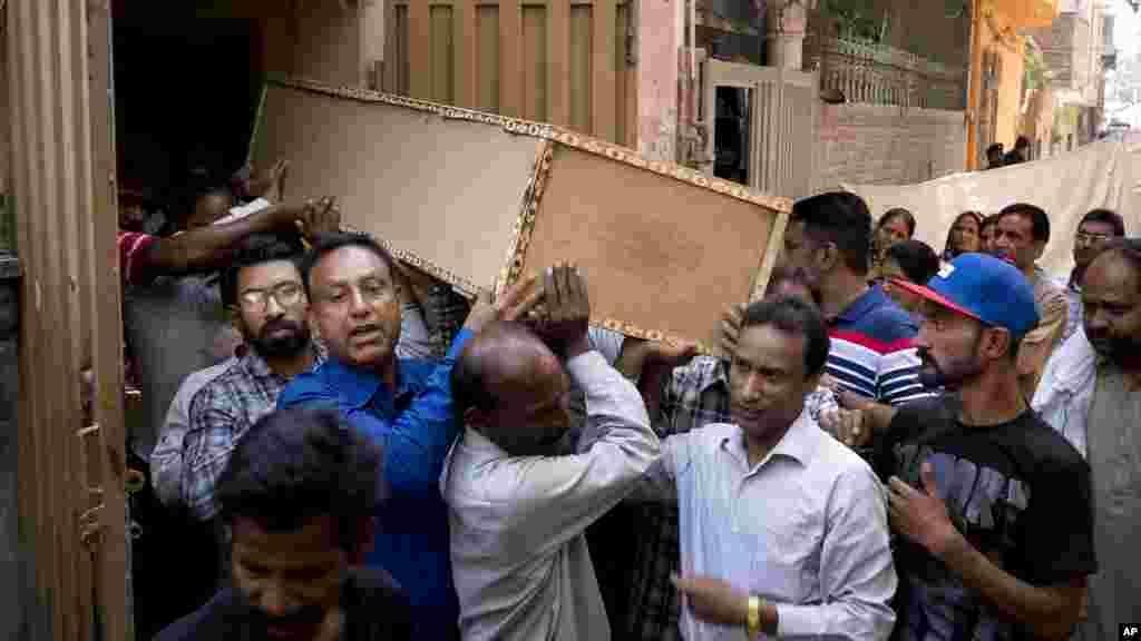 Des hommes transportent le cercueil de Sahil Pervez à Lahore, au Pakistan, le 27 mars 2015.